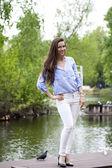 In voller länge portrait einer schönen frau in weißen hosen und blu — Stockfoto