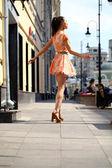 Mulher feliz no vestido na rua — Fotografia Stock