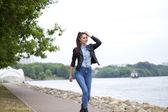 Junge Frau, die zu Fuß im freien — Stockfoto