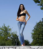молодая женщина сексуальная в парке летом — Стоковое фото