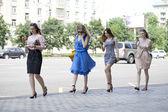 走在街上的四个美丽的时尚女孩 — 图库照片