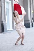 Giovane donna chiamata per telefono — Foto Stock