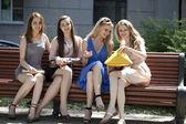 Portrét čtyř městských žen mimo — Stock fotografie
