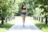 Jonge vrouw sexy in zomer park — Stockfoto
