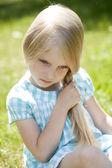 Portret van een mooie blonde meisje drie jaar — Stockfoto