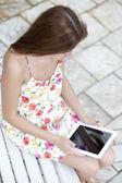 Młoda kobieta przy użyciu komputera typu tablet — Zdjęcie stockowe