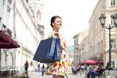 Vacker ung kvinna gå på gatan — Stockfoto