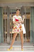 Młoda kobieta piękna sukienka w czerwone kwiaty — Zdjęcie stockowe