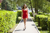 Krásná žena v červených šatech — Stock fotografie