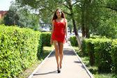 性感的年轻女性穿红裙子 — 图库照片