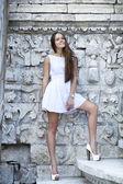 Mujer sexy en vestido blanco — Foto de Stock