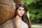 Giovane e bella donna in abito sexy — Foto Stock