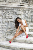 Giovane e bella donna in abito bianco — Foto Stock