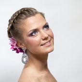 Mooie bruid met mode bruiloft hairstyle — Stockfoto