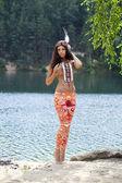 在美洲印第安人服装的年轻女子 — 图库照片