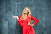 ファッション赤のドレスで美しい若い女性 — ストック写真