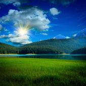 Lac noir et l'herbe près de mountians — Photo