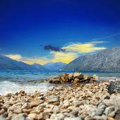 Adriatiska havet med mountians — Stockfoto