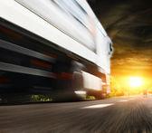 在路上的大卡车 — 图库照片