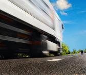 道路上の大きなトラック — ストック写真