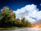 Asphaltstraße mit dem himmel — Stockfoto