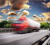 Roten lieferwagen auf der brücke — Stockfoto
