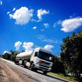 Vozík na asfaltovou silnici — Stock fotografie