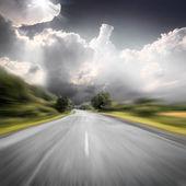 グリーン フィールドの近くのアスファルト道路 — ストック写真
