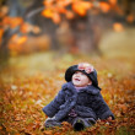 Little girl portrait in autumn park — Stock Photo