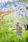 Liten flicka i vår skog — Stockfoto