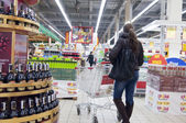 Young woman shopping at supermarket — Stock Photo
