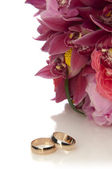 Wedding rings and flowers composition — Stock Photo