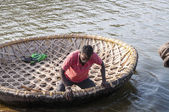 Man on the bamboo boat crossing the Kishkinda lake. Hampi, India — Stock Photo