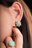 Silver ring and earrings with emerald stone — Stock Photo
