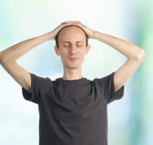 Young man with hands on his head — Stockfoto