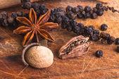 Black Pepper with star anis, cardamom pod and nutmeg — Stock Photo