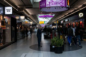 Duty free shops in the Schiphol Airport, Amsterdam, Netherlands. — Stock Photo