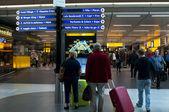Lidé v schiphol letiště, amsterdam, Nizozemsko. — Stock fotografie