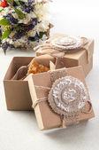 Печенье в винтажные ящики с полевыми цветами — Стоковое фото