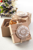 Cookies i vintage lådor med fältet blommor — Stockfoto