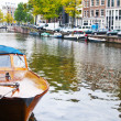 Passenger boat on the Herengracht canal in Amsterdam — Lizenzfreies Foto