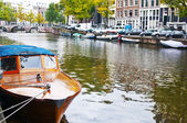 Passenger boat on the Herengracht canal in Amsterdam — Stock Photo
