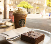 Starbucks glass of coffee and brownie cake — Stock Photo