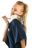 Femme avec un rat sur son épaule — Photo
