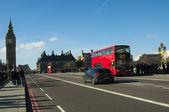 Tráfico de londres con autobús rojo y el big ben — Foto de Stock