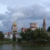 Convento di novodevičij a mosca in una giornata nuvolosa — Foto Stock