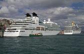 イスタンブールの港でクルーズ船 — ストック写真