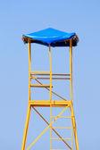 Badmeester toren onder duidelijke blauwe hemel — Stockfoto