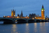 Westminster Bridge and the Houses of Parliament at dusk. — Stock Photo