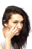 Ung kvinna med kontakt lins — Stockfoto